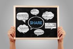 Lavagna sociale di concetto di media con le mani illustrazione vettoriale