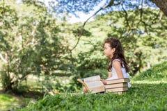 Lavagna sorridente allegra della tenuta della ragazza dei bambini al parco sch Immagini Stock