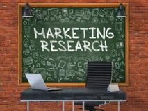 Lavagna sulla parete dell'ufficio con il concetto di ricerca di mercato 3d Immagine Stock