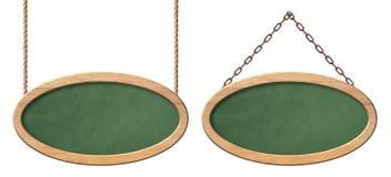 Lavagna verde ovale con la struttura di legno luminosa che appende sulle corde e sulle catene royalty illustrazione gratis