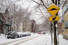 Laval Street tijdens sneeuwonweer in Montreal stock foto