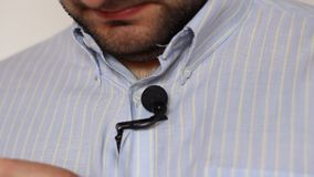 Lavaliermicrofoon en Overhemd stock videobeelden