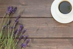 Lavanda e tazza di caffè sullo scrittorio di legno Fotografia Stock