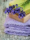 Lavanda y jabón hecho a mano imagen de archivo