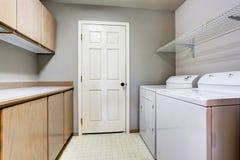Lavandaria com arruela e secador com assoalho de telha Fotografia de Stock
