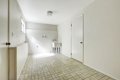 Lavandaria espaçoso na casa vazia Foto de Stock