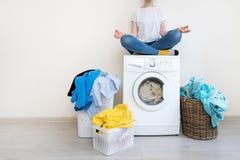 Lavandaria interior com a máquina de lavar perto da parede fotografia de stock