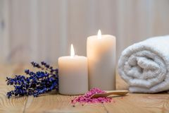 lavande, bougies br?lantes et sel de mer pour le traitement de station thermale et les objets de relaxation image stock