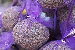 Lavande dans les sacs violets. Photo libre de droits