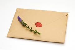 Lavande sur l'enveloppe scellée brune images stock