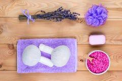 Lavande sur les planches et les cosm?tiques en bois pour le massage, la relaxation et les traitements de station thermale photos libres de droits
