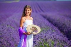 lavander领域的女孩 免版税库存照片