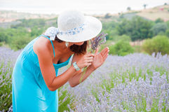 lavander领域的美丽的妇女 免版税库存照片