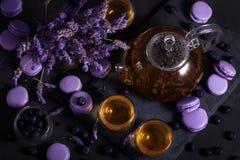 Lavander te med macarons royaltyfri bild