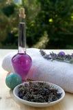 Lavander Zweig auf dem Tuch mit Lavendelöl BO Lizenzfreie Stockfotos