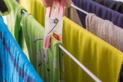 A lavanderia é pendurada no agregado familiar em uma cremalheira de secagem fotografia de stock