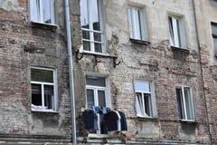 A lavanderia é secada em uma corda Foto de Stock