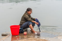 Lavanderia agricola del risciacquo della donna nel fiume dell'acqua, Cina Fotografia Stock