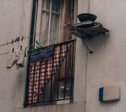 Lavanderia che appende fuori della finestra sulle linee fotografia stock