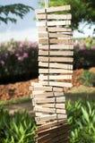 A lavanderia de madeira grampeia a suspensão verticalmente em uma corda Imagens de Stock