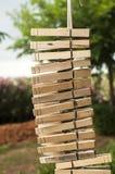 A lavanderia de madeira grampeia a suspensão verticalmente em uma corda Fotos de Stock Royalty Free