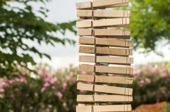 A lavanderia de madeira grampeia a suspensão verticalmente em uma corda Fotografia de Stock Royalty Free