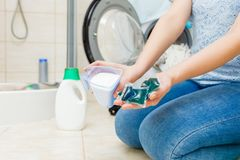 Lavanderia del lavaggio della ragazza con il detersivo differente fotografia stock libera da diritti