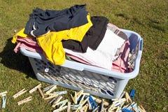 Lavanderia e clothespins fotografia stock libera da diritti