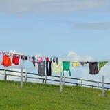 Lavanderia em um clothesline imagem de stock