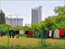 Lavanderia que seca em uma cerca contra um fundo urbano de blocos de apartamentos novos modernos altos imagens de stock royalty free