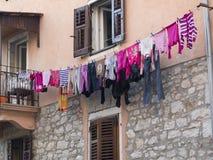 Lavanderia sopra la linea di lavaggio Fotografie Stock Libere da Diritti