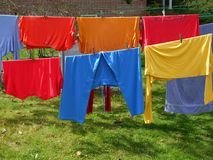 Lavanderia: vestiti multicolori Fotografia Stock