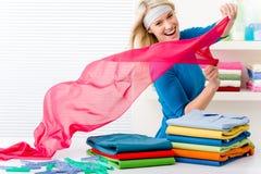 Lavanderia - vestiti pieganti della donna fotografie stock libere da diritti