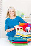 Lavanderia - vestiti pieganti della donna a casa fotografia stock
