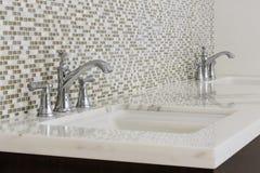 Lavandini gemellati e dispositivi del bagno del contemporaneo Fotografia Stock Libera da Diritti