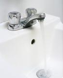 Lavandino con acqua corrente. Fotografie Stock Libere da Diritti