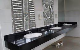 Lavandino davanti al bagno fotografia stock libera da diritti