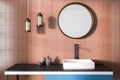 Lavandino del bagno, pareti beige e specchio Immagini Stock
