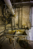 Lavandino del basamento fotografie stock