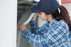 Lavandino di cucina femminile della riparazione dell'idraulico Immagini Stock