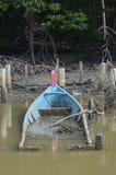 Lavandino di legno della barca del pescatore alla palude della mangrovia Immagine Stock Libera da Diritti
