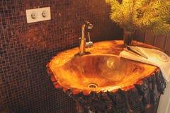 Lavandino di legno in una toilette Immagini Stock