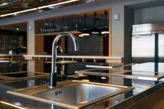 Lavandino di Mettalic in una cucina moderna immagine stock