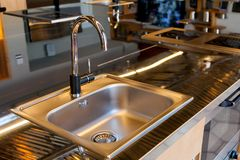 Lavandino di Mettalic in una cucina moderna immagini stock