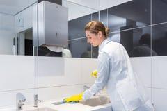 Lavandino di pulizia del portiere in toilette pubblica immagine stock libera da diritti