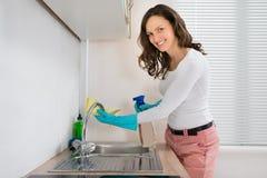 Lavandino di pulizia della donna immagine stock libera da diritti