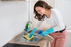 Lavandino di pulizia della donna immagini stock libere da diritti