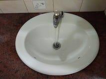 Lavandino, fine su, acqua corrente fotografia stock