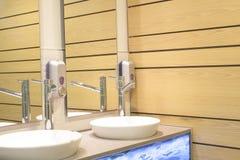Lavandino interno e parete di legno di un bagno Immagini Stock Libere da Diritti