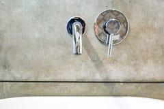 Lavandino moderno del rubinetto di acqua con il rubinetto nello stile minimalistic nel bagno costoso del sottotetto immagine stock libera da diritti